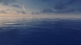 Céu noturno com a meia lua sobre o oceano calmo Foto de Stock