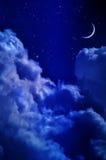 Céu noturno com nuvens e lua fotos de stock