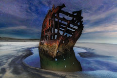 Céu noturno de Peter Iredale Shipwreck Under Starry ao longo da costa de Oregon foto de stock royalty free