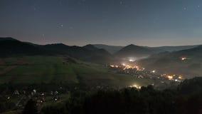 Céu noturno do luar no timelapse do campo - noite romântica com estrelas moventes e vida noturna - hd completo 1920 x 1080 filme