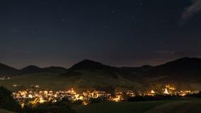 Céu noturno do luar no timelapse do campo - noite romântica com estrelas moventes e vida noturna - hd completo 1920 x 1080 vídeos de arquivo
