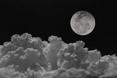 Céu noturno dos fundos da lua com nuvens Imagens de Stock