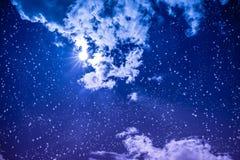 Céu noturno escuro surpreendente com muitos estrelas, Lua cheia brilhante e clo foto de stock royalty free
