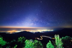 Céu noturno estrelado no ponto de vista Doi AngKhang de Monson e na Via Látea imagens de stock