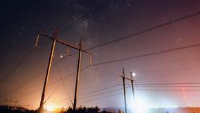 Céu noturno incrível com as estrelas que passam sobre a linha elétrica, timelapse longo da exposição vídeos de arquivo