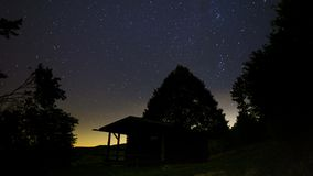 Céu noturno na floresta perto da casa vídeos de arquivo