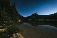 Céu noturno no parque nacional de Yosemite Imagens de Stock