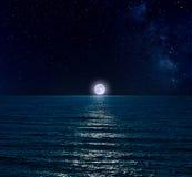 Céu noturno sobre o mar com Lua cheia fotografia de stock