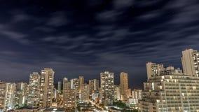 Céu noturno sobre a praia do centro de Waikiki fotografia de stock