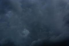 Céu nublado com nuvens escuras Fotos de Stock Royalty Free