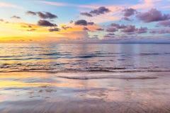Céu, nuvem e oceano coloridos do nascer do sol do por do sol fotos de stock