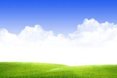 Céu, nuvens e grama imagens de stock royalty free