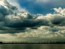 Céu, nuvens e uma ponte fotos de stock royalty free