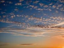 Céu, por do sol brilhante do azul, o alaranjado e o amarelo das cores Foto imediata, imagem tonificada Fotos de Stock