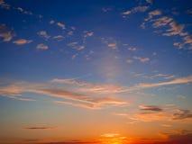 Céu, por do sol brilhante do azul, o alaranjado e o amarelo das cores Foto imediata, imagem tonificada Fotografia de Stock Royalty Free