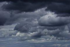 Céu preto das nuvens de trovão Imagem de Stock