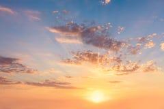 Céu real no nascer do sol do por do sol com sol e nuvens foto de stock