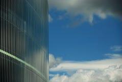 Céu refletido em uma fachada de vidro Imagem de Stock Royalty Free