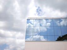 Céu refletido no edifício imagens de stock