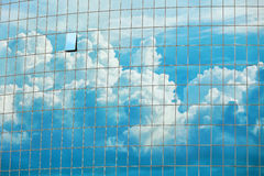 Céu refletido no fundo das janelas do arranha-céus Imagens de Stock