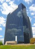 Céu refletindo do edifício moderno Fotos de Stock Royalty Free