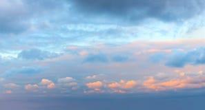 Céu romântico do nascer do sol do pôr do sol com nuvens coloridas imagens de stock