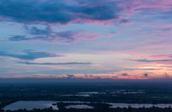 Céu roxo do amanhecer acima do campo fotos de stock