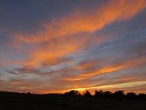 Céu rural do por do sol com as nuvens brilhantes do Rosado-ouro Foto de Stock Royalty Free