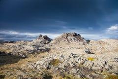 Céu sinistro sobre uma paisagem impossível em Islândia Imagens de Stock