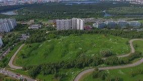 Céu sobre o distrito administrativo ocidental em Moscou, Rússia video estoque