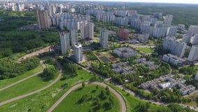 Céu sobre o distrito administrativo ocidental em Moscou, Rússia Vista Moscou, montes de Krylatsky, trilha de ciclo, ciclo de Kryl vídeos de arquivo