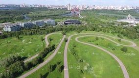 Céu sobre o distrito administrativo ocidental em Moscou, Rússia Vista Moscou, montes de Krylatsky, trilha de ciclo, ciclo de Kryl filme