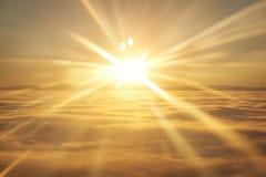 Céu, sol do por do sol e nuvens imagem de stock