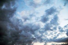 Céu sombrio com nuvens de tempestade imagem de stock royalty free