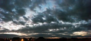 Céu sombrio do por do sol dramático Imagens de Stock