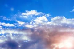 Céu surpreendente com as nuvens delicadas encantadores e luz do sol alaranjada imagens de stock