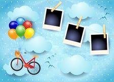 Céu surreal com quadros dos balões, da bicicleta e da foto Fotografia de Stock Royalty Free