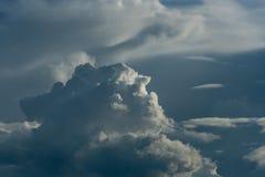 Céu tormentoso com nuvens pesadas foto de stock royalty free