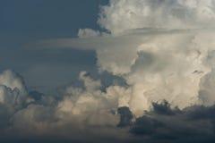 Céu tormentoso com nuvens pesadas fotografia de stock royalty free
