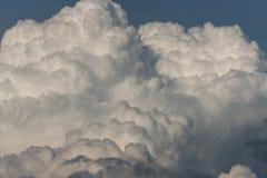 Céu tormentoso com nuvens pesadas foto de stock