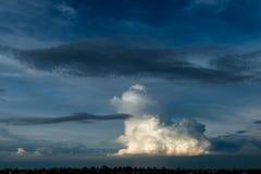 Céu tormentoso com nuvens pesadas imagem de stock royalty free