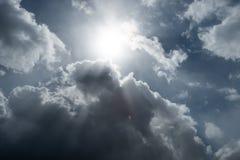 Céu tormentoso com nuvens pesadas imagem de stock