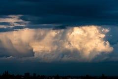 Céu tormentoso com nuvens pesadas fotos de stock