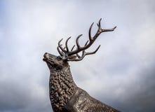Céu tormentoso de Buck Elk Deer Statue Against Foto de Stock