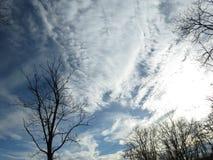 Céu tormentoso do inverno completamente das nuvens brancas fotografia de stock