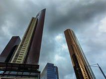 Céu tormentoso e construções altas Imagens de Stock