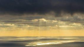 Céu tormentoso escuro e nuvens moventes, mar e luz solar penetrante video estoque