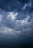 Céu tormentoso escuro sobre o mar imagens de stock royalty free