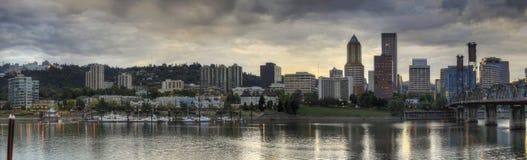 Céu tormentoso sobre o panorama da skyline de Portland Fotos de Stock Royalty Free