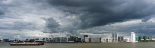 Céu tormentoso sobre o rio Tamisa fotografia de stock royalty free